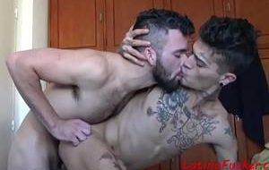 Sexo com novinho brasileiro que adora tomar no cu